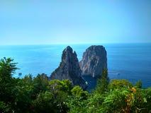 在卡普里海岛上的Faraglioni峭壁在陆间海 库存照片