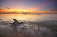 在卡朗火山海滩或萨努尔海滩的日出在巴厘岛印度尼西亚 免版税库存照片