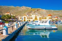 在卡林诺斯岛海岛,希腊上的五颜六色的小船 图库摄影