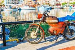 在卡林诺斯岛的小部分的老生锈的摩托车 免版税库存图片