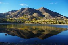 在卡森通过,加利福尼亚附近的红色湖 库存照片