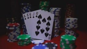 在卡片和纸牌筹码的同花大顺 股票录像