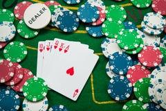 在卡片和纸牌筹码的皇家闪光 库存照片