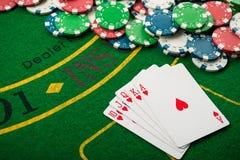在卡片和纸牌筹码的皇家闪光 库存图片