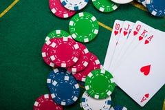 在卡片和纸牌筹码的皇家闪光 免版税库存图片