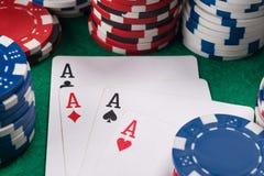 在卡片的四一点一个打牌者的啤牌运气的在赌博娱乐场桌上 免版税库存照片