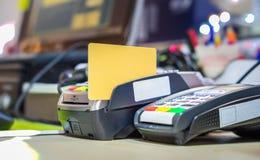 在卡片阅读机机器的信用卡 免版税库存照片