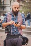 在卡瓦利修造在米兰妇女的时尚星期的时装表演之外的摄影师2014年 免版税库存照片