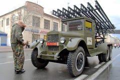 在卡秋沙多管火箭炮附近的司机 免版税库存照片