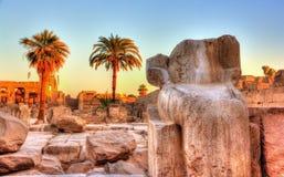 在卡纳克神庙寺庙的残破的古老雕象-埃及 免版税库存图片