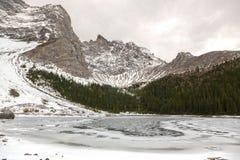 在卡纳纳斯基斯国家亚伯大山麓小丘的上部Tombstone湖风景 库存图片