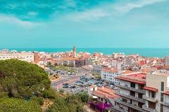 在卡莱利亚镇,卡塔龙尼亚,西班牙的小山视图 免版税库存照片
