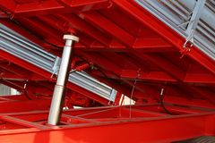 在卡车下的大气动力学的圆筒在围场 免版税库存照片