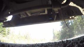 在卡车下的射击在行动 股票录像