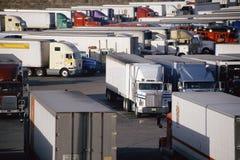 在卡车停留站的停放的卡车 免版税库存照片