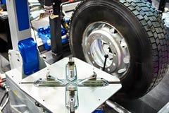 在卡车服务的常规自动轮胎更换者 免版税库存图片