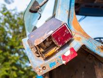 在卡车的老尾巴光 在汽车的轮光信号 库存照片
