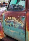 在卡车的老退色的油漆工作 图库摄影