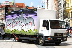 在卡车的街道画 库存图片