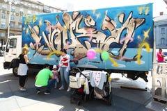 在卡车的街道画 免版税库存图片