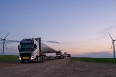 在卡车的风车刀片 免版税图库摄影