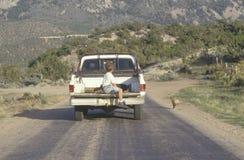 在卡车背后的一个男孩 免版税库存照片