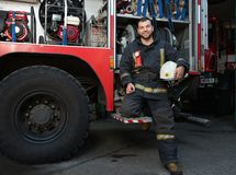 在卡车附近的消防队员 库存照片