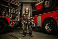 在卡车附近的消防队员 免版税库存图片