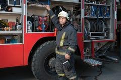 在卡车附近的消防队员 图库摄影