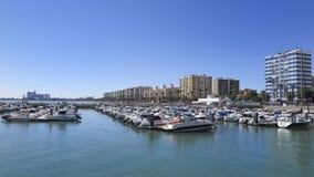 在卡迪士港靠码头的小船  库存照片