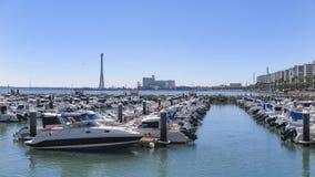 在卡迪士港靠码头的小船  图库摄影
