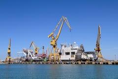 在卡迪士端起起重机,西班牙港口  免版税库存照片