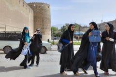 在卡里姆汗城堡,街市石牌前面的伊朗女小学生 库存图片