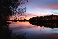 在卡累利阿人的湖的紫色日落 免版税库存图片