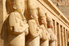 在卢克索寺庙的法老王雕象  免版税图库摄影