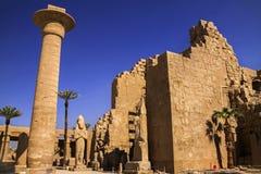 在卢克索附近的古老埃及人卡纳克神庙寺庙废墟 库存照片