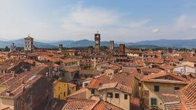 在卢卡,意大利的历史的中心房子的塔  库存照片