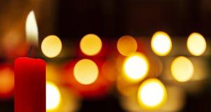在卢尔德朝圣的发光的蜡烛 免版税库存图片
