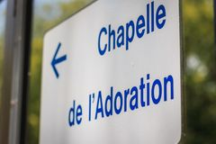 在卢尔德,法国,一个白色标志表明方向  免版税库存图片