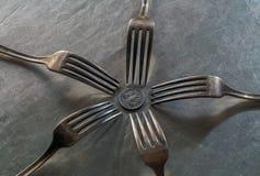 在卢布硬币附近的五把叉子 库存图片