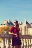 在卢森堡宫殿附近的女孩 库存图片