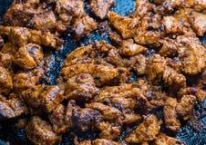 在卤汁的肉在煎锅,许多鸡片断clos油煎了 库存图片