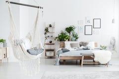 在卧室内部的白色吊床 免版税图库摄影