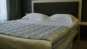 在卧室内部的装饰 双人床在没有人的酒店房间 t 影视素材