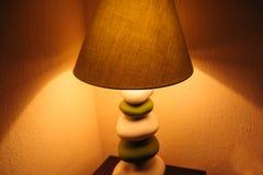 在卧室包括一盏落地灯 免版税库存照片