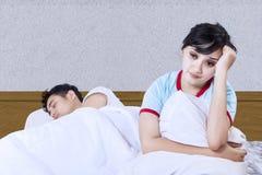 在卧室的亚洲夫妇失眠 免版税库存照片