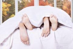 在卧室的夫妇脚 库存图片