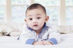 在卧室的小男婴 免版税库存图片