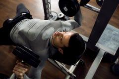 在卧推锻炼期间的人 免版税图库摄影