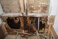 在卫生间附近在故障模子之后的浴缸铺磁砖水 库存图片